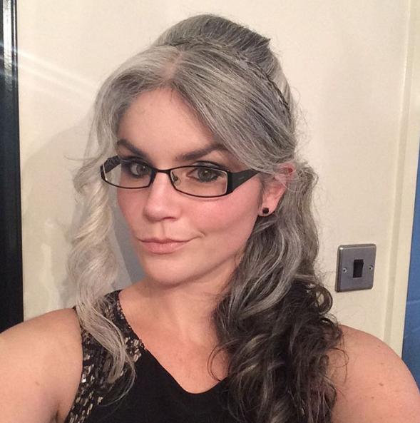 Modische frisuren graue haare lang locken beispiele bilder mit brillen und haarband. Haar zurückgebunden mit Quasten interessant.