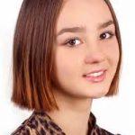 Hübsche Jugendliche, Glattes Haar, Mit Frisuren Kurz Bis Mittellang