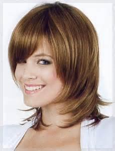Slang Frau Mit Einem Attraktiven Lächeln Mit Frisuren Stufig Mittellang