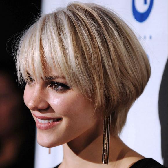 Business Frisuren Damen Mit Kurzen Glatten Haaren Blonde Und Schultern über Dem Modell Der Schrittweisen