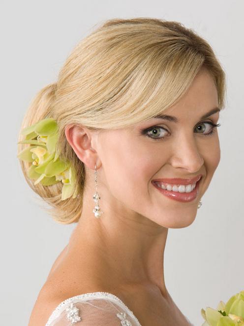 Frisuren Zur Hochzeit Einfach Und Bescheiden Für Blondes Haar, Aber Immer Noch Den Eindruck Einer Eleganten Und Schönen Mit Blumendekoration Grün Produzieren
