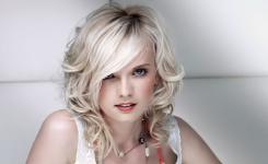 Coole einfache frisuren mit glätteisen mittellange haare zum selber machen. Interessante Beispiele für Blondinen mit Bildern von schönen Frauen.