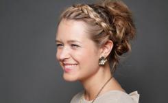 Einzigartig und interessant flech frisuren hochgesteckt für lange Haare mit Zöpfen. Aussehen schöne Frau fröhlich und elegant.