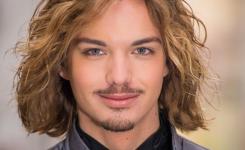 frisuren-manner-mittellang-blond-und-locken-haare-schoner-mann-mit-einem-ordentlichen-hemd