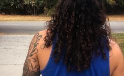 herrenfrisuren-fur-naturlocken-seine-langen-schwarzen-haare-von-hinten-cool-aussieht-muskulosen-mann