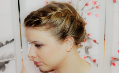 interessante-ideen-kommunion-frisuren-kurze-haare-bilder-blond-mit-dickes-welliges-haar-gebunden-mit-schon-geflecht-ziemlich-einzigartig
