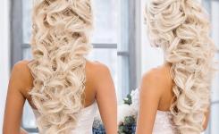 Künstlerische und attraktiv frisuren locken lang hochzeit für Blondinen. elegante Design sieht von hinten. Bilder anleitung zum selber machen.