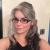 Modische frisuren graue haare mit brillen und haarband