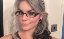 modische-frisuren-graue-haare-lang-locken-beispiele-bilder-mit-brillen-und-haarband-haar-zuruckgebunden-mit-quasten-interessant