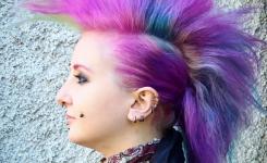 punk-frisuren-frau-lange-haare-rock-damen-stylen-selber-machen-pink-mohawk-haarteile