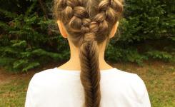 schuler-frisuren-mit-anleitung-fur-lockiges-haar-mit-zopfen-die-teenager-madchen-mit-langen-haaren-nach-hinten-gebunden-sieht-ordentlich-und-sauber