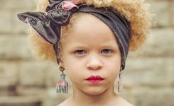 tolle-ideen-afro-frisuren-fur-junge-madchen-mit-haarband-kuhle-blonden-locken