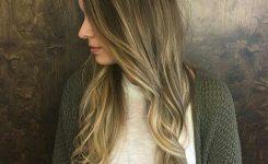 tolle-ideen-lange-frisuren-fur-lassigen-stil-geeignet-fur-eine-reise-in-die-mall-bild-gewellte-blonde-haare-frau