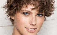 Frisuren Blond Kurz Damen Zeigt Mutig Und Fröhlich Eindruck