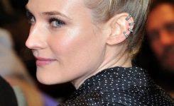 Frisuren Mittellang Stufig Blond Einen Eindruck Von Selbstsicher Und Attraktiv, Schön Und Interessant, Etwas Außergewöhnliches Zu Präsentieren