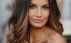 Frisuren Stufig Mittellang Lange Haare Seite, Mitte Braun Farbe, Beliebt Und Neuesten Trend Nach