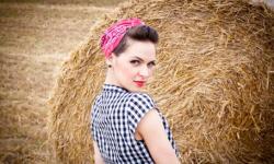 Rockabilly Frisur Damen Mit Einem Roten Bandana Schön Und Süß